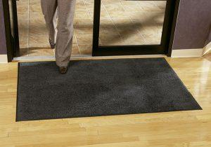 lavar alfombras de entrada